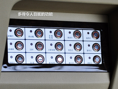 左侧座椅旁边有更多可操控的按钮和小桌板,一切尽在掌握。