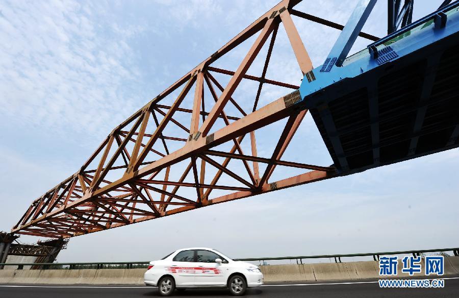 当日,由中铁四局钢结构公司承建的合肥铁路枢纽南环线铁路工程南淝河
