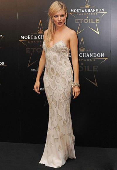 西耶娜·米勒(Sienna Miller)和Mario Testino摄影师本人有过多次合作。当晚的一身哥特造型和ChristianDIOR孔雀羽毛吊带裙营造出不同凡响的调调。