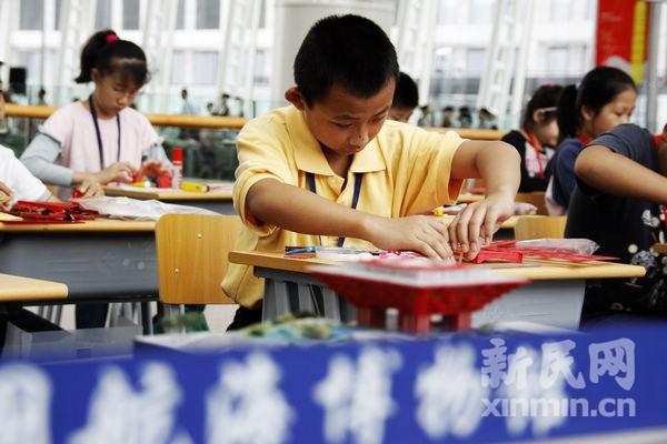 【新民网独家报道】9月25日,2011年上海市建筑模型锦标赛在中国航海博物馆举行。   经过选拔,来自全市各区县的300余名中小学生参加了包括和谐家园拼装模型、中共一大会址纸质模型、中国馆拼装模型、木桥梁结构承重、木桥梁结构设计、城市梦想设计等十余项比赛项目。   简短的开幕仪式后,本届建筑模型锦标赛正式开始。在中国航海博物馆三楼风帆厅内,选手们聚精会神地搭建着各自的参赛作品,经过数小时的设计和制作,一座座梦想中的城市逐渐成形,让人眼前一亮。而赛场的一侧,则是木桥梁结构承重比赛项目,随