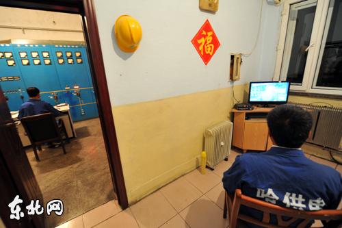 一台用液晶显示器改装的电视机,是他们唯一娱乐设施.东北网记者