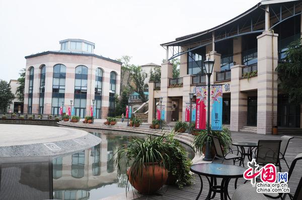 2011年9月2430日,2011麓镇风尚时装周大型时尚文化活动在中国时尚创意小镇麓镇璀璨呈现。 据悉,本次活动是由麓镇主办,联合大溪地旅游局、新加坡莱佛士教育集团、兰诺婚纱礼服织造馆、Italian Fashion Galleria(意尚名品IFG)、四川服装协会、《1626潮流双周刊》等众多单位及品牌共同打造的时尚盛会。