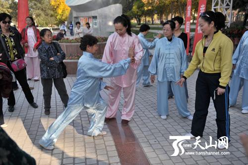 国家级社会体育指导员陈贵香在指导动作要领