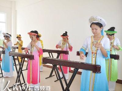 学员在进行京族独弦琴练习