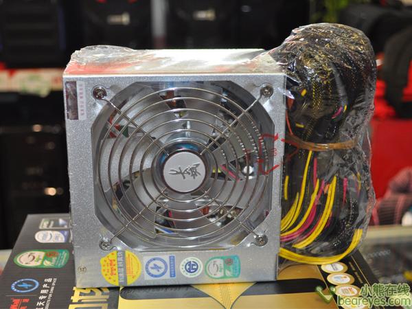 电源采用目前主流的双管正激电路架构,背部蜂窝状通风孔设计不但可以有效屏蔽电磁辐射,更能提供更大的通风效果。   编辑点评:   为了保障电源在较为恶劣的供电环境下正常供电,特别融入了150~265V的宽电网输入设计。长城BTX-500S(A)电源,根据以上其各方面表现,非常适合时下多核中端游戏平台使用,有意的网友可联系以下商户。