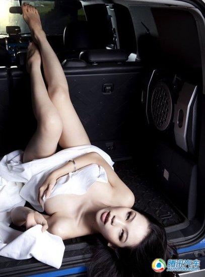 组图:美女车模浴巾上阵演绎车内激情 汽车频道