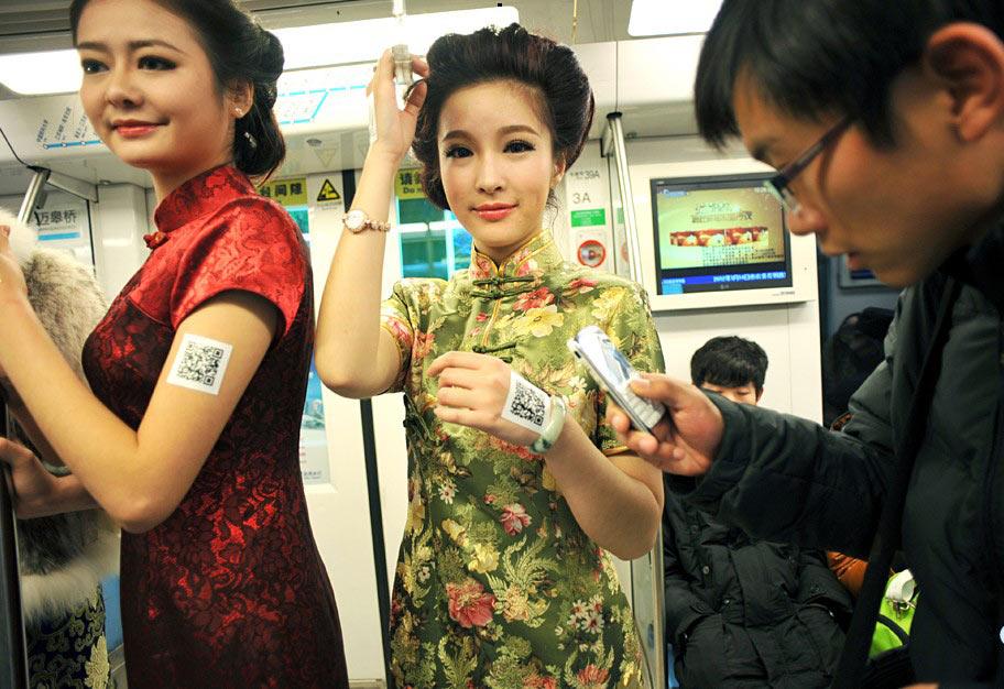 高清:南京地铁一号线上演旗袍秀 市民狂拍美女