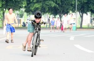 海南/无臂少年想骑着单车去海南