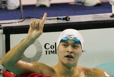 赛场上戴着泳帽的孙杨看起来健康又阳光,他的流线型肌肉有爆发力十足。其实才20岁的孙杨是个平时很注意打理发型的小伙。