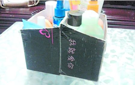 还贴出了具体的制作方法首先,裁下鞋盒深度等长一边的鞋盖,然后将盒盖