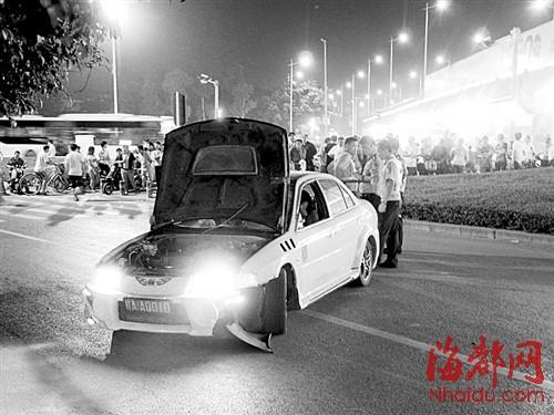 跑车撞死一名六旬妇女后逃逸,有网友随即发布了车祸现场的照高清图片