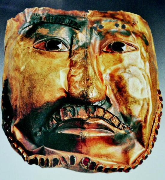 那些木头,石头制作的面具,上面雕刻或描绘的表情,尽管奇形怪状,夸张各