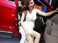 上海车展美女车模上演长腿诱惑