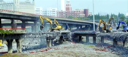 段工程的重头戏金桥立交开始拆除.    摄 -金桥到张江,开车将只需