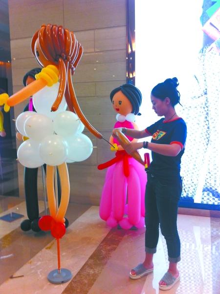 王拓   重庆商报讯 有气球组成的小屋,也有气球组成的彩虹,还有气球