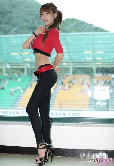 ctcc总决赛偷拍美女车模 紧身衣太紧露尴尬