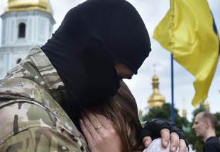 乌克兰志愿者加入特战营 美女依依不舍离别