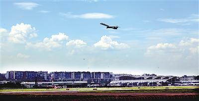 一架飞机从地面飞向蓝天白云