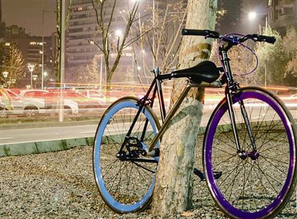 该自行车抛弃传统外接车锁的设计思路
