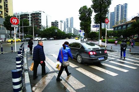 1-2秒一拍,第一张是车辆在停车线前的照片,第二张是车辆开上斑马线的