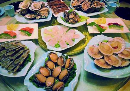"""百货汇彩阁的""""q岛时代海鲜私房菜餐厅"""",暖色调的装饰让人感到家的温"""