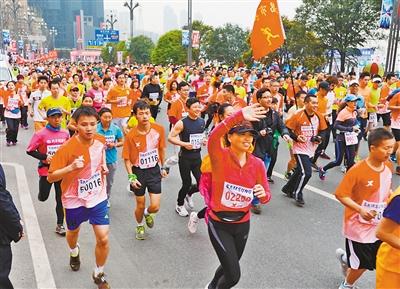 重庆市体育局昨日召开新闻发布会,宣布2015年重庆国际马拉松高清图片