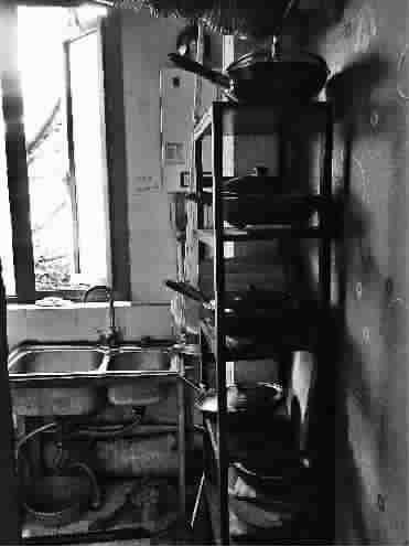原本整洁宽敞的别墅厨房现在摆满了各色炊具,油腻混乱-别墅变身 旅
