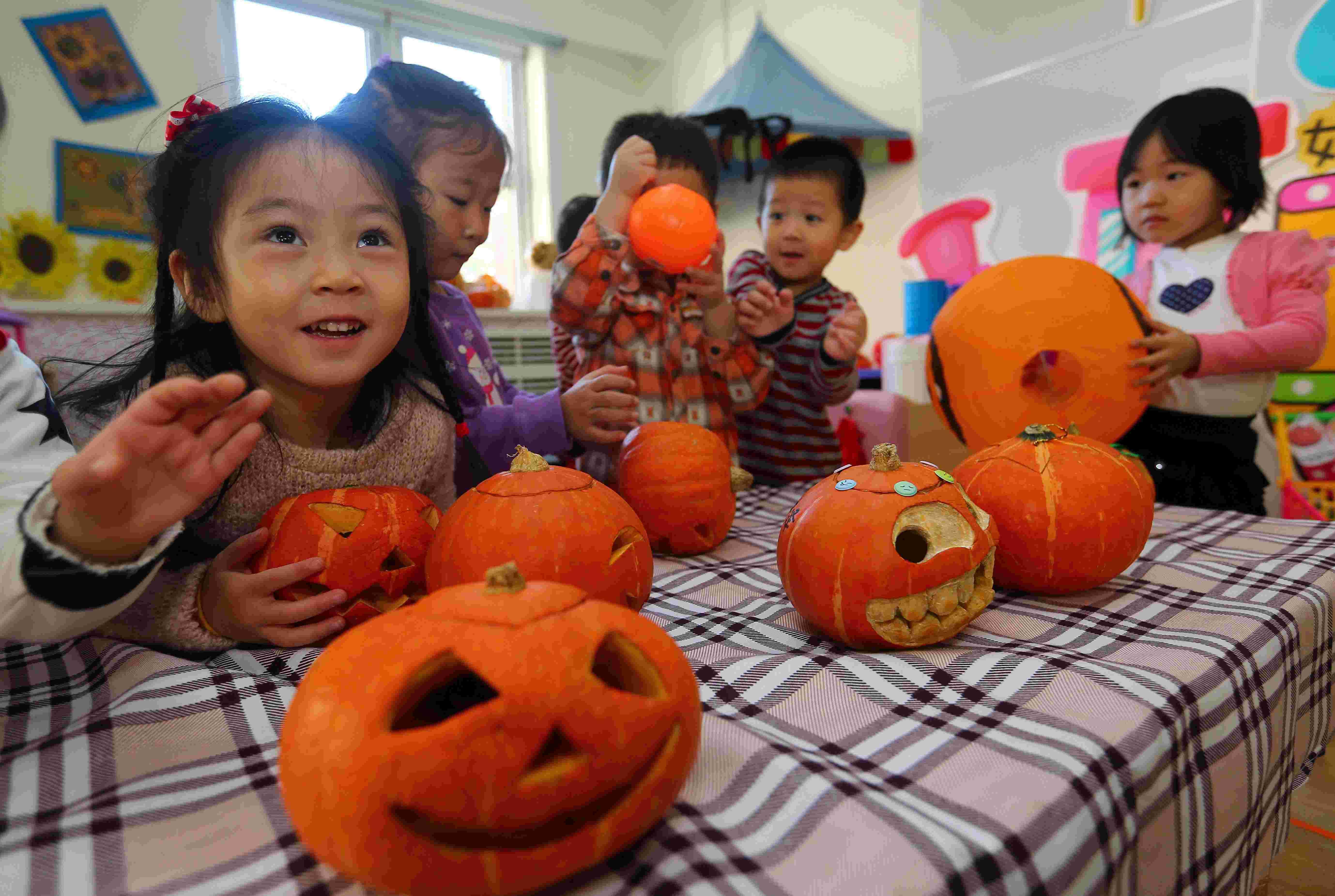 """天津市和平区第十一幼儿园的孩子们在参加""""娃娃diy可爱南瓜灯""""活动."""